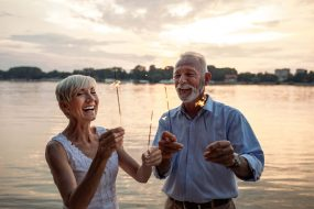 Älteres Paar feiert am See