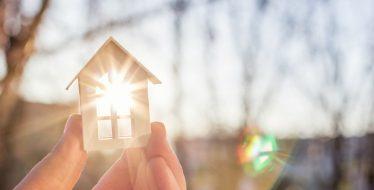 Kleines Modellhaus vom Sonnenlicht beschienen