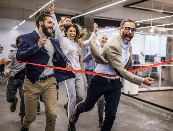 Große Gruppe veranstaltet Rennen im Büro