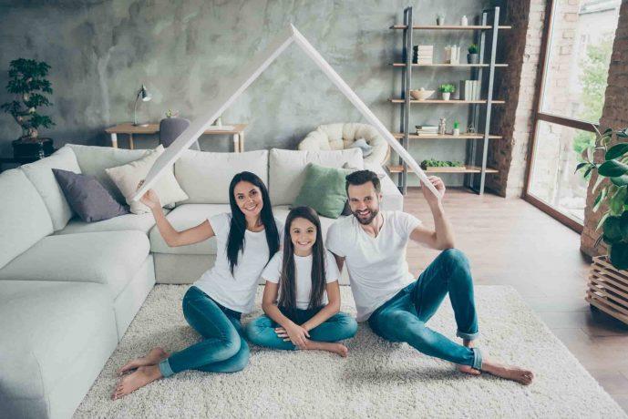 Glückliche Familie unter einem schützendem Dach