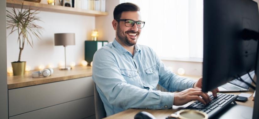 Mann arbeitet an Computer