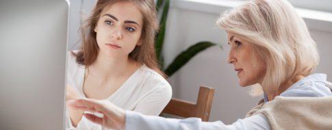 zwei Frauen bei der Rentenversicherungsberatung