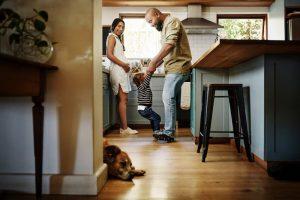 Glückliche Familie mit Kind und Hund