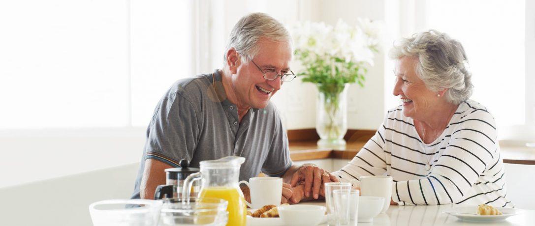 Pensionäre beim Frühstück
