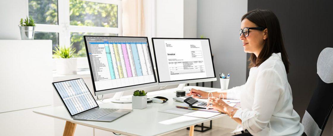 Frau am PC kalkuliert Steuervorteile einer Direktversicherung