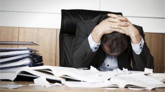 Gestresster Arbeitnehmer unter Leistungsdruck