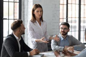 Leitende Produktmanagerin hält ein Meeting