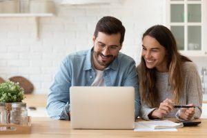 Paar am Computer rechnet Steuern durch