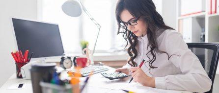 Frau berechnet ihre Berufsunfähigkeitsversicherung