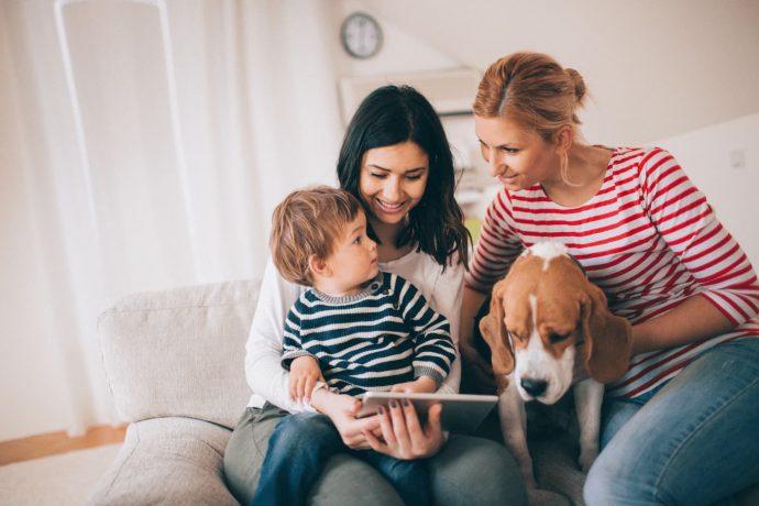 Familie studiert am Tablet die fondsgebundene Riester-Rente