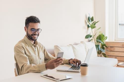 Mann am Computer rechnet Versicherung durch